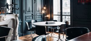 Las paredes de diseño clásico se combinan con muebles modernos para aprovechar ese elemento